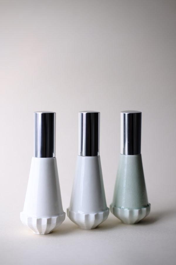 Flacon durable en porcelaine sur fond blanc