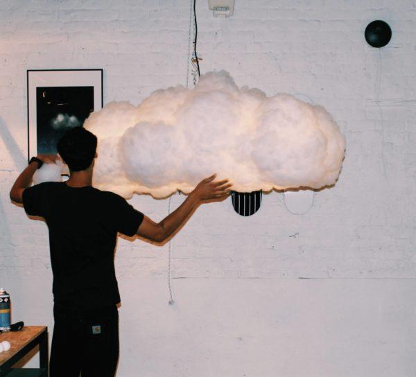 homme portant un nuage dans ses mains