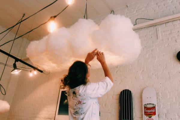 homme portant un nuage dans ses bras